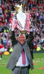 sir_alex_lifts_premier_league_trophy